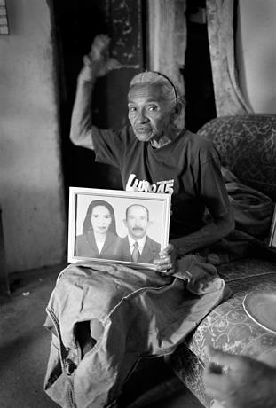 Woman with portrait, Patacas, Brasil, 2008.